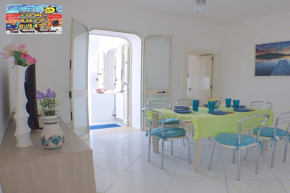 شقة عائلية - ٣ غرف نوم - بمطبخ - منطقة المعيشة