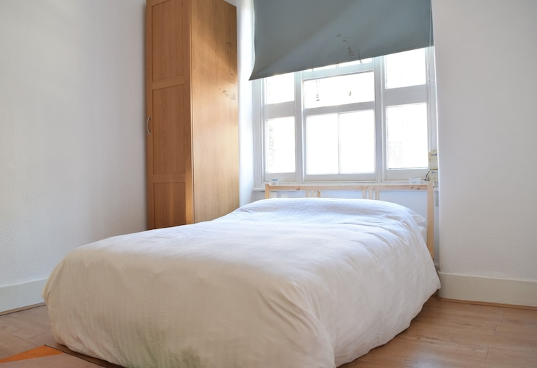 Comfortable 1 Bedroom Apartment With Great Connections, London, Room
