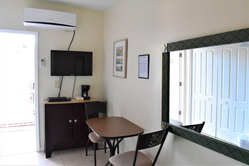 Studijas tipa numurs, 1 divguļamā gulta, skats uz pagalmu - Numura ēdamzona