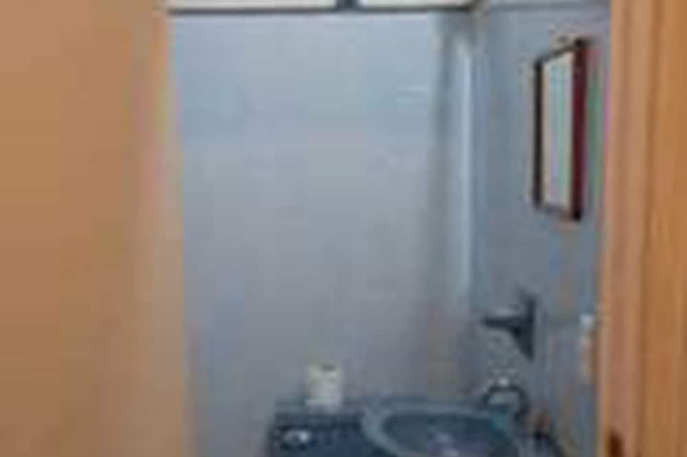 Economy-Bungalow, Mehrere Betten, Nichtraucher - Waschbecken im Bad