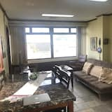 Comfort Apartment, 2 Queen Beds, Non Smoking, Mountain View - Living Area
