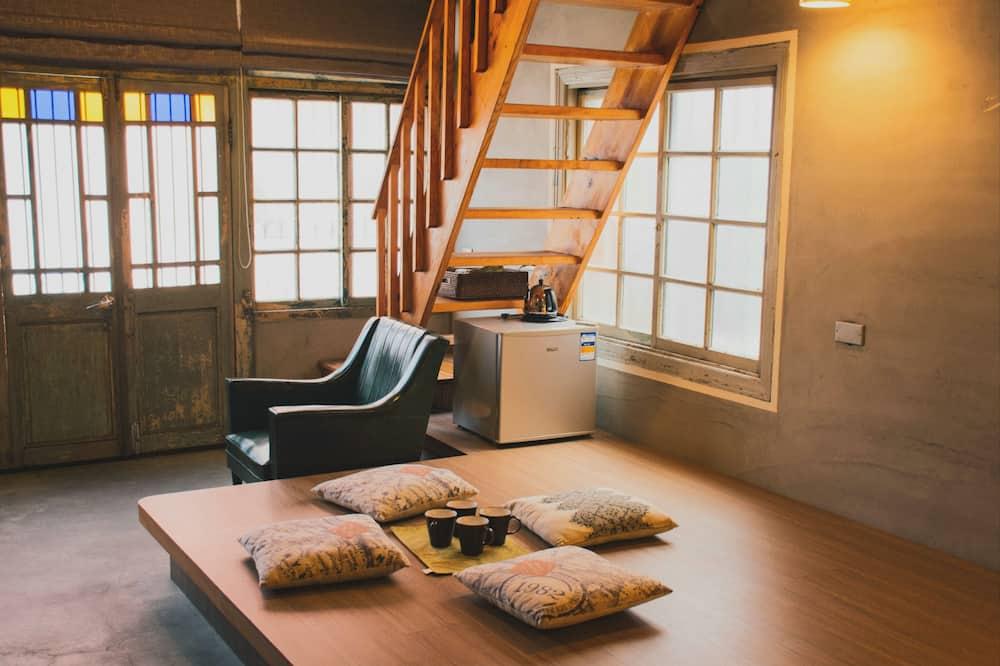 Standard Quadruple Room, Bathtub - Living Room