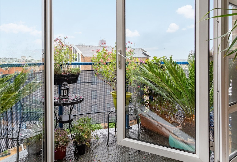 2 Bedroom Apartment With River Views Near Canary Wharf and City, London, Balkon