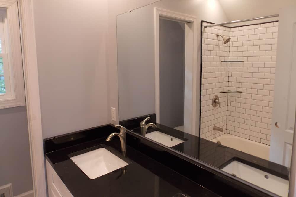 ห้องเบสิกดับเบิล, เตียงควีนไซส์ 1 เตียง, ปลอดบุหรี่ - ห้องน้ำ