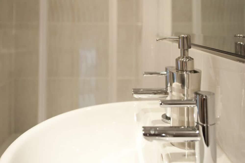Double Room, Ensuite (Shepherd's Hut) - Bathroom