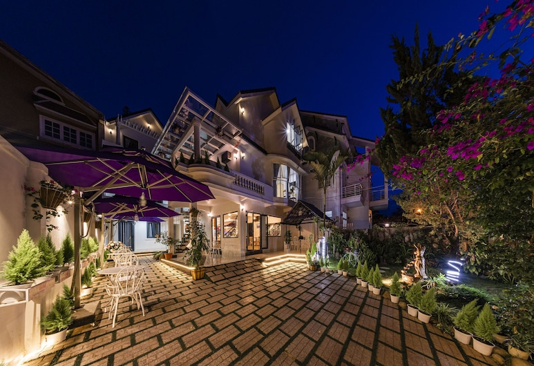 Hoa Nang Hotel, Ðà Lat, Hotelfassade am Abend/bei Nacht