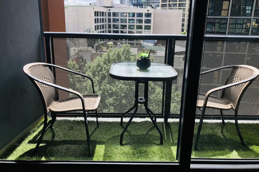 Апартаменты «Делюкс», 1 двуспальная кровать «Квин-сайз» с диваном-кроватью, вид на город - Балкон