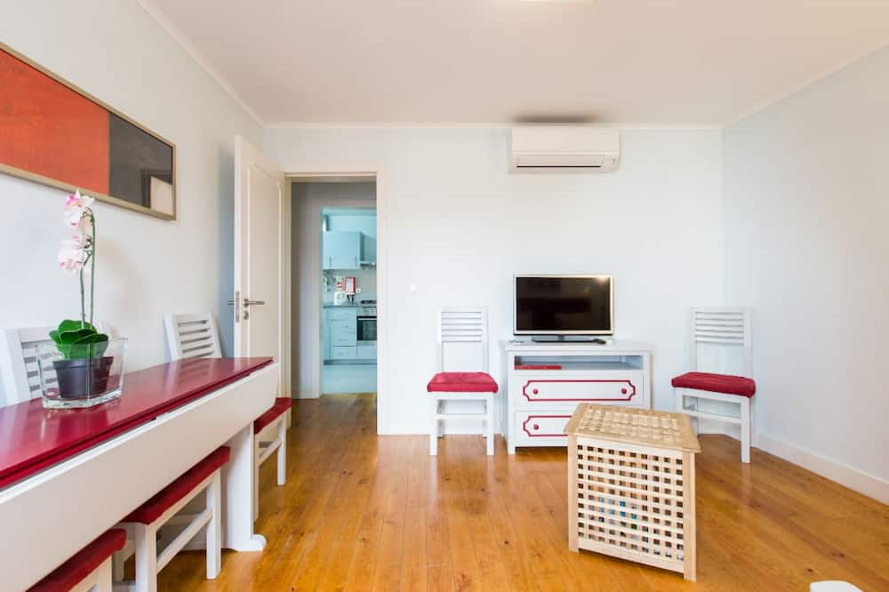 Family Apartment, 3 Bedrooms, 2 Bathrooms (2) - Living Room
