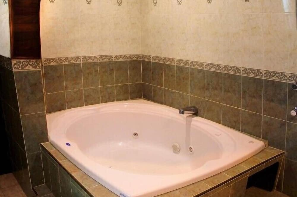 Deluxe Suite, Multiple Beds, Non Smoking, Jetted Tub - Bathroom