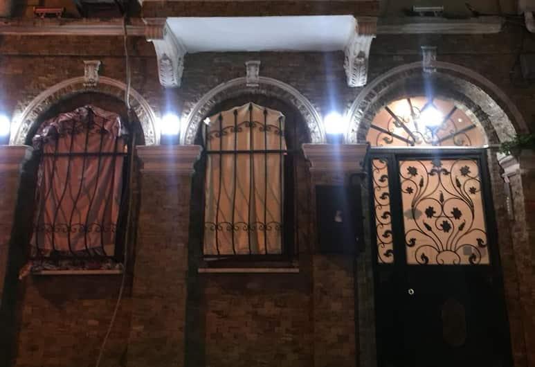 Alys Apart & Suit, İstanbul, Otelin ön cephesi (akşam)