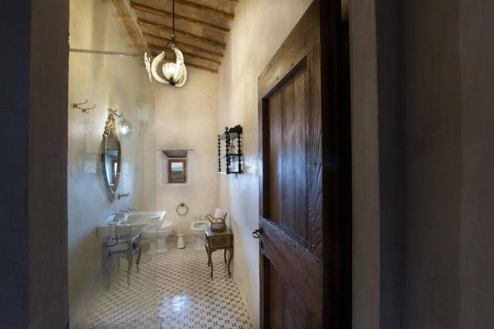 Comfort suite, pogled na brijeg - Kupaonica