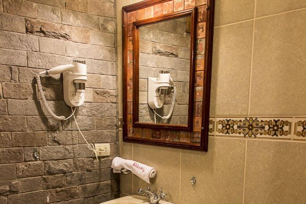 Улучшенный одноместный номер, 1 двуспальная кровать «Квин-сайз» - Ванная комната