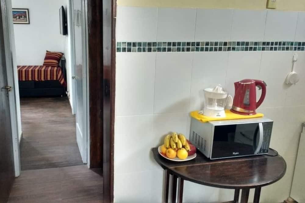 Standard-Apartment, Mehrere Betten, Balkon, Stadtblick - Küche im Zimmer