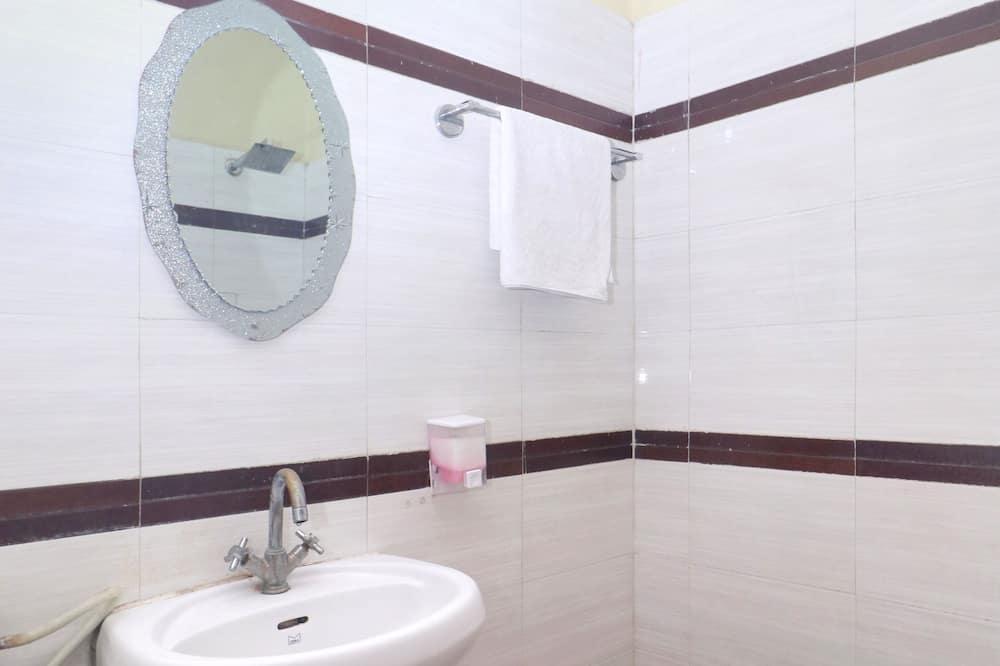 ห้องอีโคโนมีดับเบิล, เตียงคิงไซส์ 1 เตียง, วิวเมือง - ห้องน้ำ
