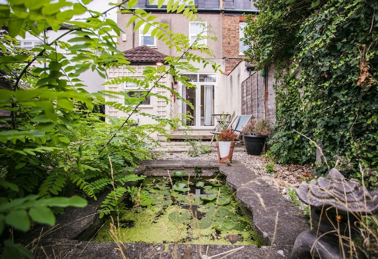1 Bedroom Flat in Wimbledon With Garden, London, Property Grounds