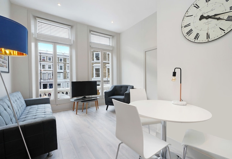 2 Bedroom Apartment in West Kensington, London, Wohnbereich