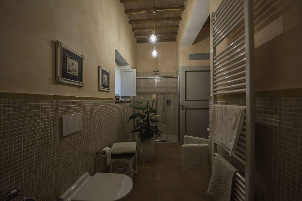 Dobbeltrom, privat bad, utsikt mot høyde - Bad