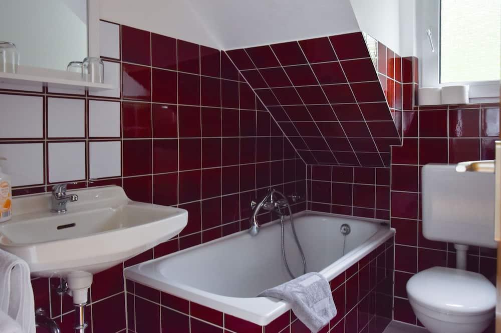 Basic-Doppelzimmer, eigenes Bad - Badezimmer