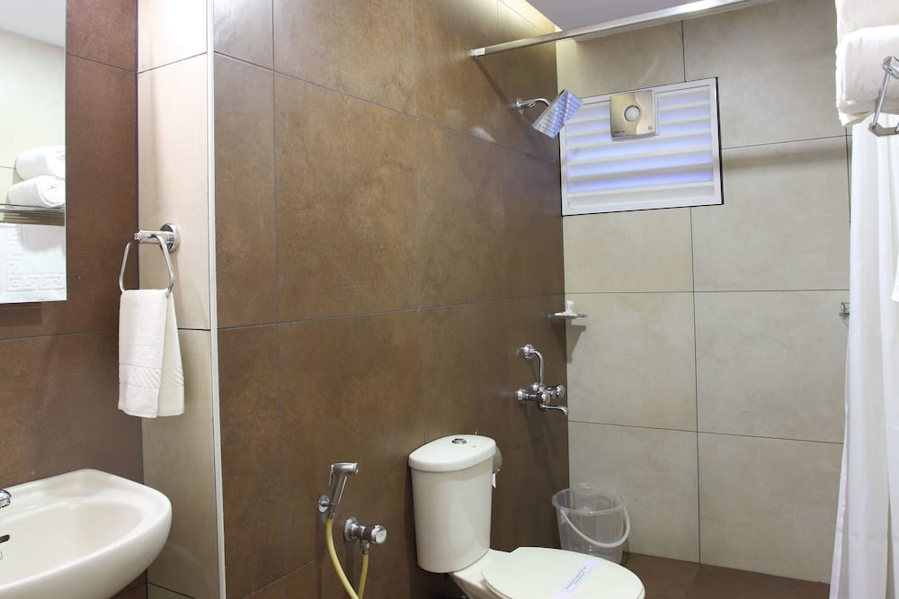 Standardzimmer, Mehrere Betten, barrierefrei, Raucher - Badezimmer