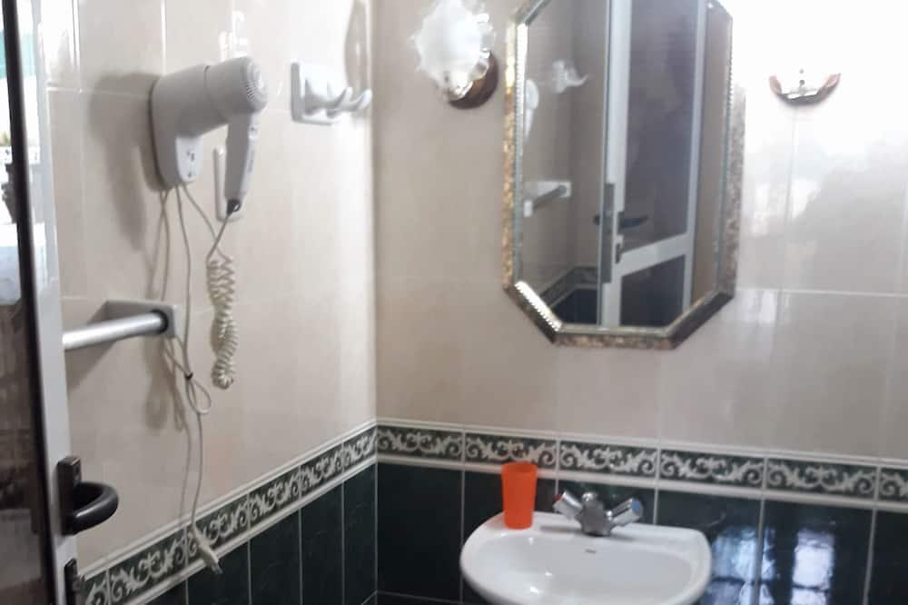 Standard Apartment, Multiple Beds, Non Smoking - Bathroom