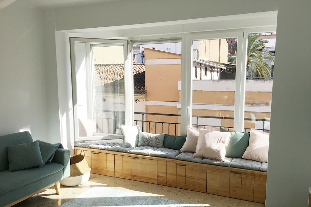 Superior Apartment, 4 Bedrooms - Living Room