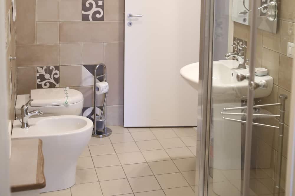 Klasikinio tipo kambarys (1 dvigulė / 2 viengulės lovos) - Vonios kambarys