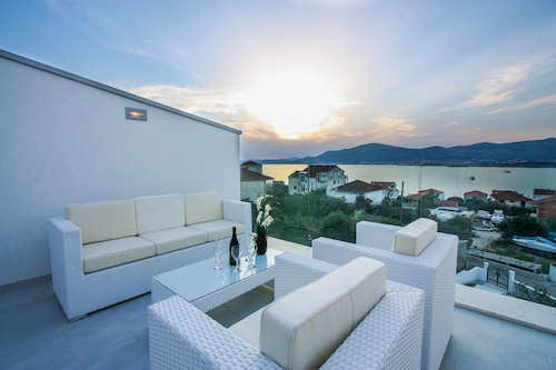"""Villa With Private Pool And Sea Views - Villa Leona/></noscript><img class="""""""" data-src=""""https://exp.cdn-hotels.com/hotels/33000000/32590000/32585000/32584909/195b3e8f_y.jpg?impolicy=fcrop&w=500&h=333&q=high"""" alt=""""'Villa With Private Pool And Sea Views - Villa Leona""""/></span></div><div class=""""_2mwGi9""""><div class=""""_1AWUGb""""><section class=""""xQv_W8""""><div class=""""OXlLRS""""><h2 class=""""_3-7yB4"""">'Villa With Private Pool And Sea Views - Villa Leona</h2></div><p class=""""_1lXFgH""""><span class=""""_3PJboa""""><span>0.8 miles to city centre</span></span></p></section></div><div class=""""_30dwfS _1hMIWH""""><div class=""""_2dCxfW""""><span class=""""S269px _1yY-Dp""""><span class=""""is-visually-hidden"""">Guest rating</span><span class=""""_1biq31 _11XjrQ _3yXMS-"""">10.0<span class=""""is-visually-hidden"""">.</span></span><span class=""""_3Luohr"""">Exceptional</span><span class=""""_3HBaeM"""">3 Hotels.com guest reviews</span></span></div></div></div><a href=""""https://za.hotels.com/ho1043717088/villa-with-private-pool-and-sea-views-villa-leona-okrug-croatia/"""" class=""""_61P-R0"""" rel=""""nofollow noopener noreferrer""""><span class=""""is-visually-hidden"""">'Villa With Private Pool And Sea Views - Villa Leona</span></a></div></li><li><div class=""""tObE0n""""><div class=""""_1M0UZH""""><span class=""""_1Ac6YH _2NFd5j _1DW1ZH ZCedaV""""><noscript><img src=https://exp.cdn-hotels.com/hotels/33000000/32630000/32624300/32624249/2d09a1dc_y.jpg?impolicy=fcrop&w=500&h=333&q=high alt=villa A - heating Pool/></noscript><img class="""""""" data-src=""""https://exp.cdn-hotels.com/hotels/33000000/32630000/32624300/32624249/2d09a1dc_y.jpg?impolicy=fcrop&w=500&h=333&q=high"""" alt=""""villa A - heating Pool""""/></span></div><div class=""""_2mwGi9""""><div class=""""_1AWUGb""""><section class=""""xQv_W8""""><div class=""""OXlLRS""""><h2 class=""""_3-7yB4"""">villa A - heating Pool</h2></div><p class=""""_1lXFgH""""><span class=""""_3PJboa""""><span>1 mile to city centre</span></span></p></section></div><div class=""""_30dwfS _1hMIWH""""><div class=""""_2dCxfW""""><span class=""""S269px _1yY-Dp""""><span class=""""is-visually-hidden"""">Guest rating</span><span clas"""