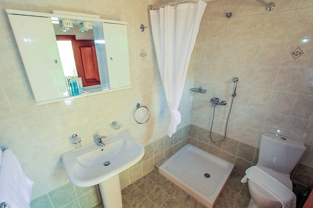 Family Apartment, Harbour View - Bathroom