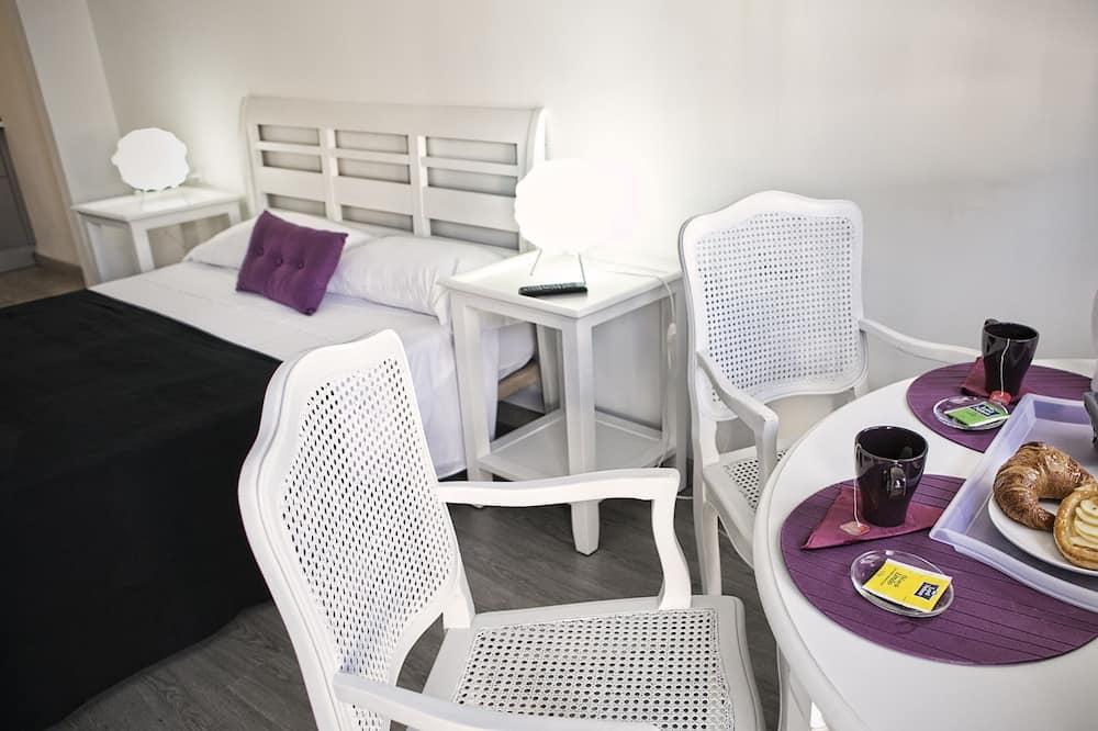 Deluxe Studio, Multiple Beds - In-Room Dining