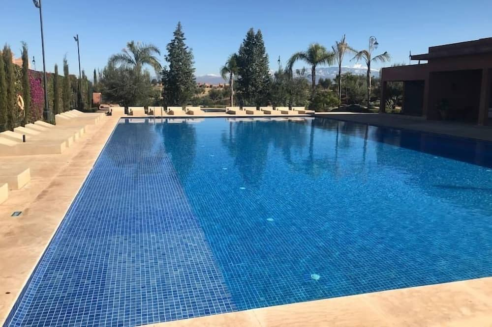 Μακρόστενη πισίνα