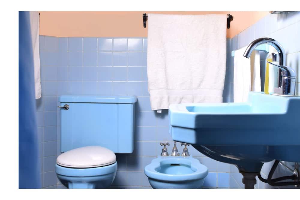Basic Room, Multiple Beds, Non Smoking - Bathroom