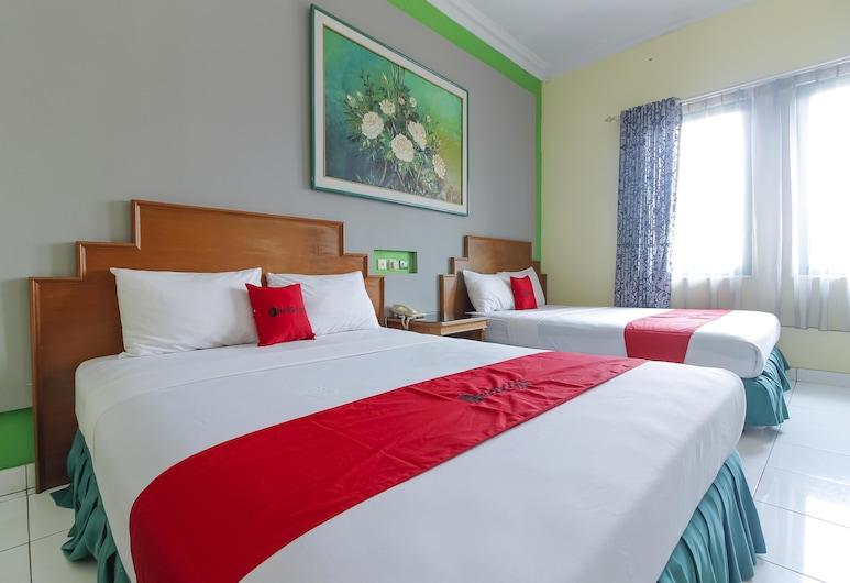 RedDoorz Plus near Alun Alun Kejaksan Cirebon, North Cirebon, Familienzimmer, Zimmer