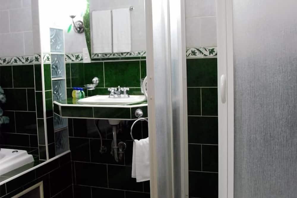 Standard Triple Room, Multiple Beds, Smoking - Bathroom