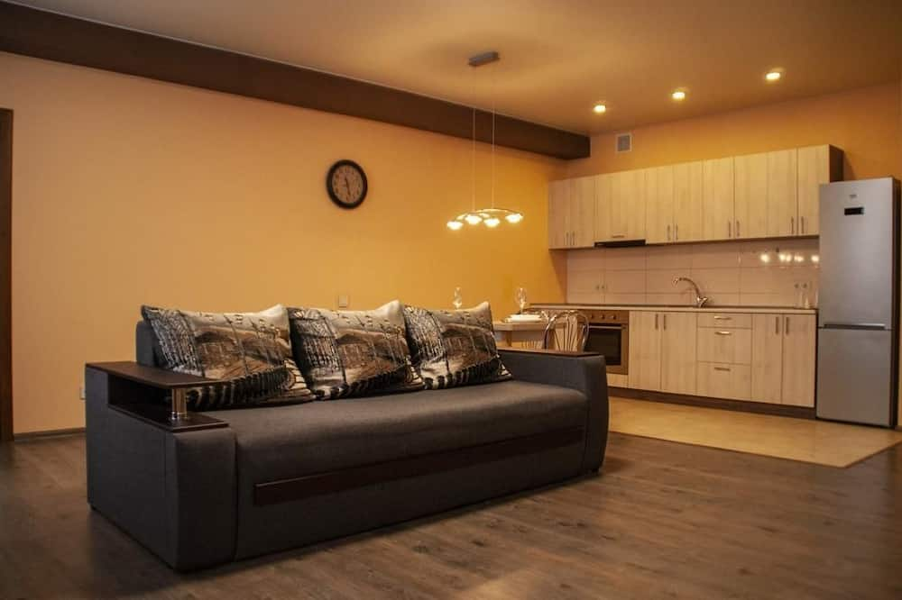 Deluxe-Studiosuite - Essbereich im Zimmer