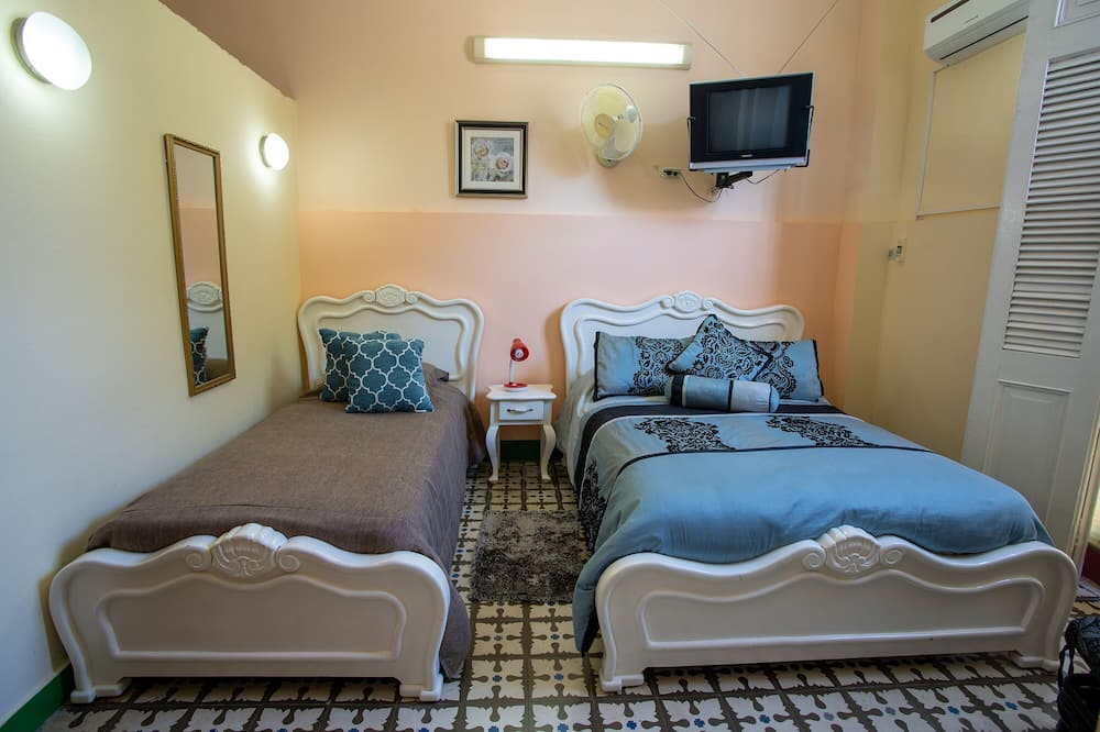 Classic Triple Room, Multiple Beds, Non Smoking - Living Area