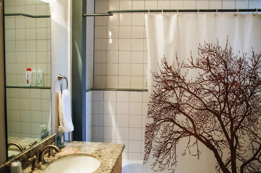 Standard King - Bathroom