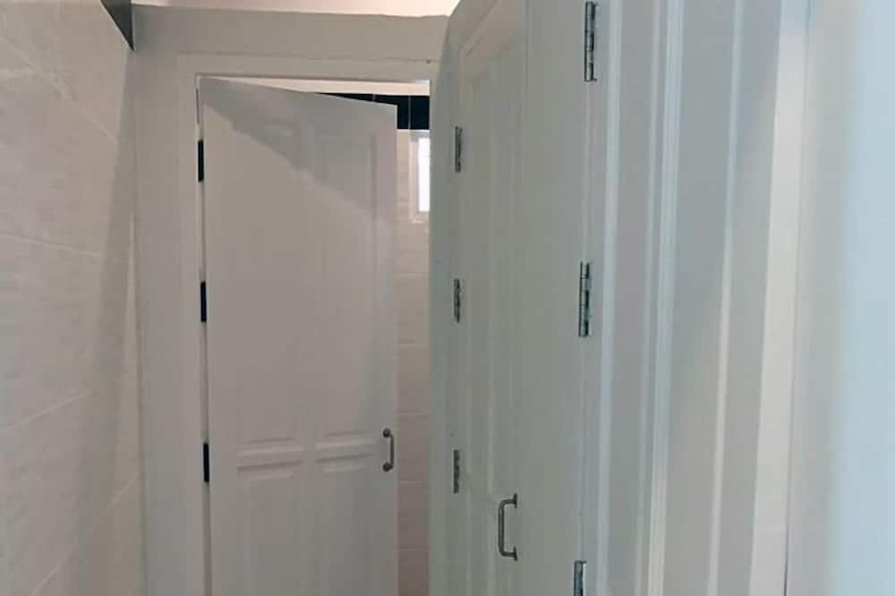 6-Bed Mixed Dormitory Room - Badezimmer