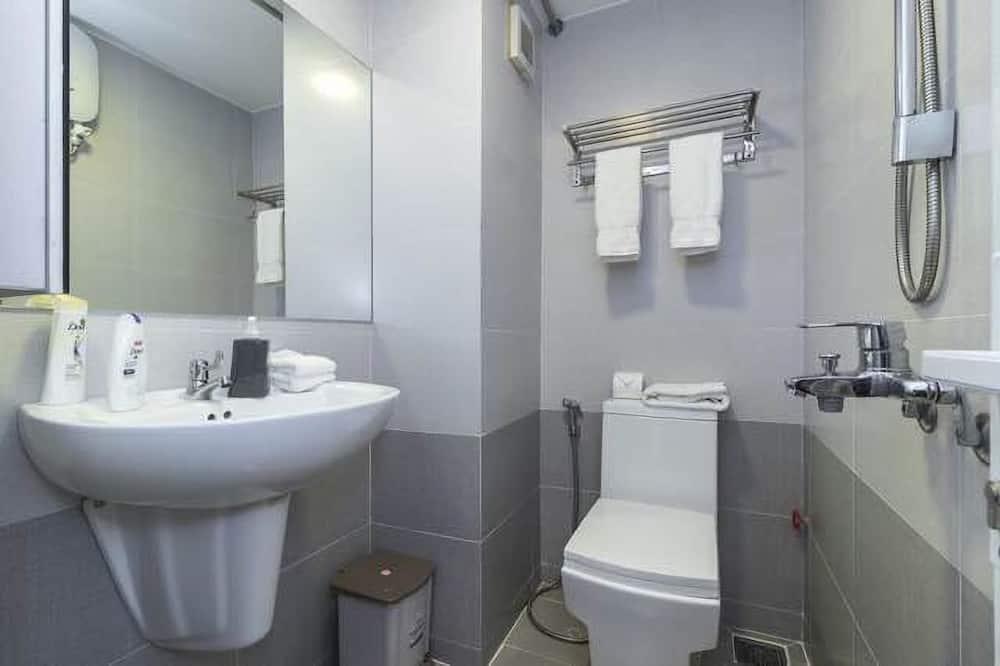 Deluxe Apartment, 1 Queen Bed, Smoking - Bathroom