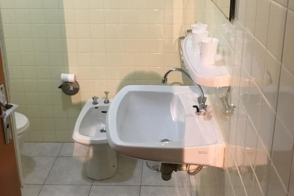 Basic Triple Room, Multiple Beds - Bathroom