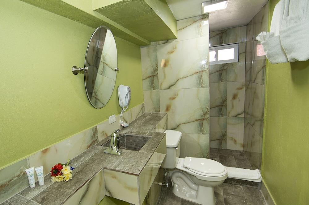 Izba typu Superior, 1 veľké dvojlôžko, bezbariérová izba, výhľad do dvora - Kúpeľňa