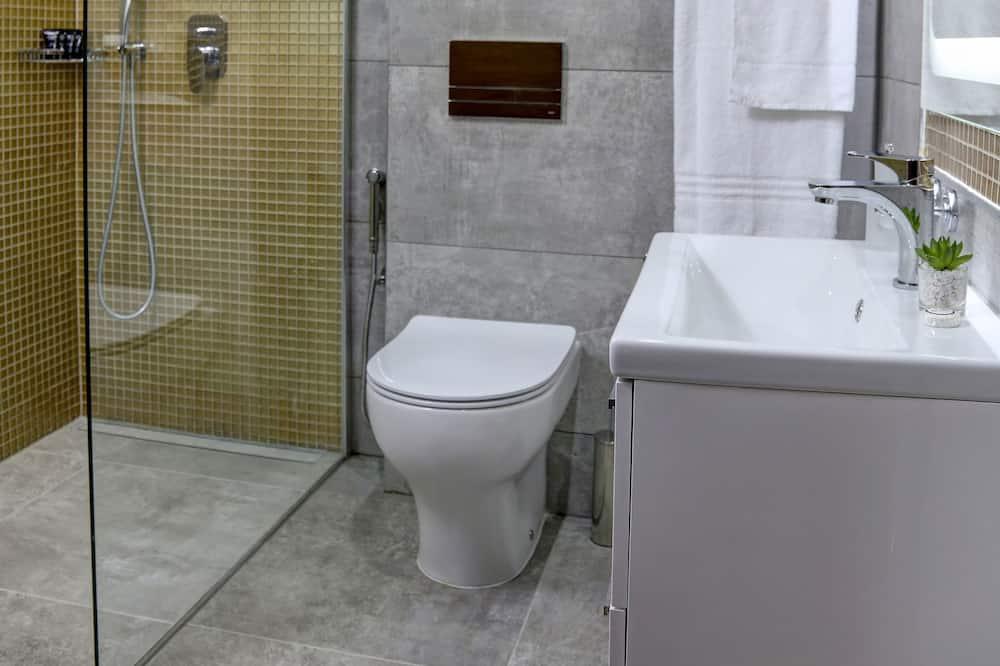 Chambre Deluxe, 1 lit double, non-fumeurs, balcon - Douche de la salle de bain