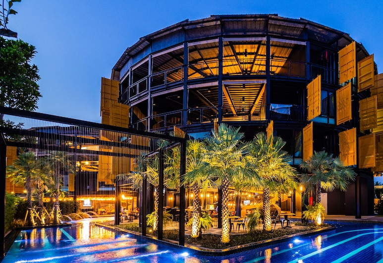 Hivetel, Chalong, Hotel Front – Evening/Night