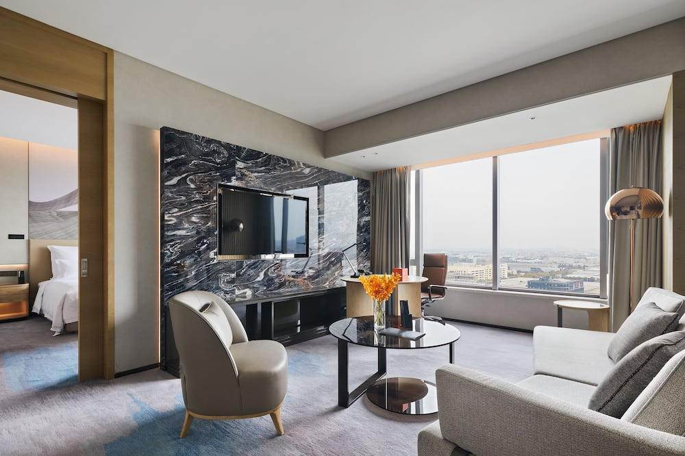 Deluxe Suite, 1 King Bed, Business Lounge Access, City View - Living Area