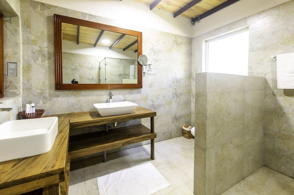 Deluxe-Doppelzimmer, 1 Schlafzimmer, eigenes Bad, Gartenblick - Badezimmer