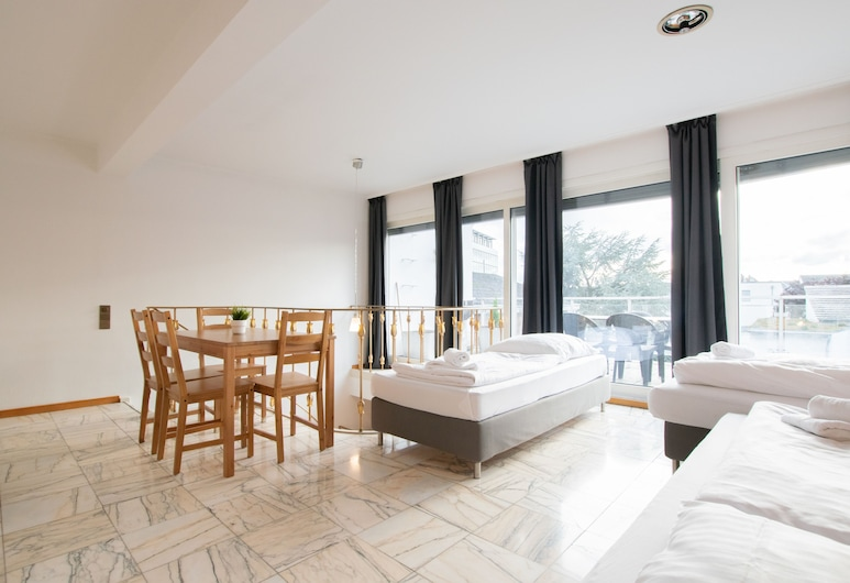 Tolstov-Hotels Luxury City Villa, Neuss, Departamento Deluxe, 2 habitaciones, vista al jardín, en la esquina (incl. end cleaning fee €59), Habitación