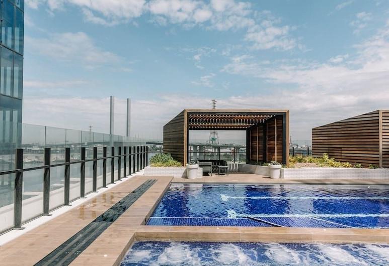 Elegant Apartment With Views And Pool, Доклендс, Открытый бассейн