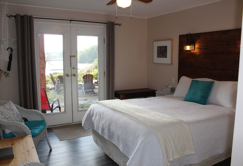 Carolyn's Cove B&B and Cabin - Inner Cove - Queen B&B Room #2 With Ocean View & hot tub, Ucluelet, Pokój