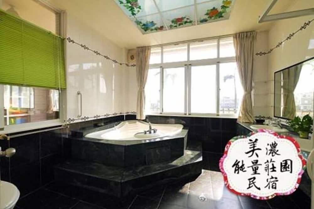 Štvorposteľová izba typu Deluxe, 2 dvojlôžka, nefajčiarska izba - Kúpeľňa