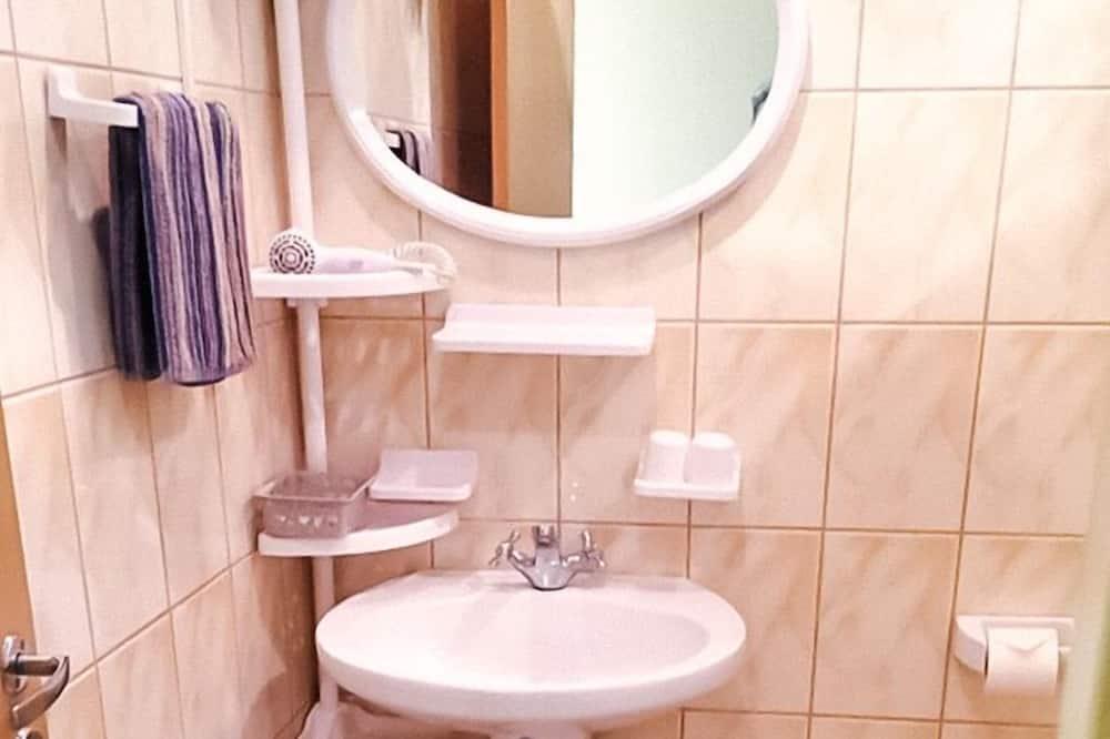 Basic Single Room, 1 Double Bed, Non Smoking, Garden View - Bathroom