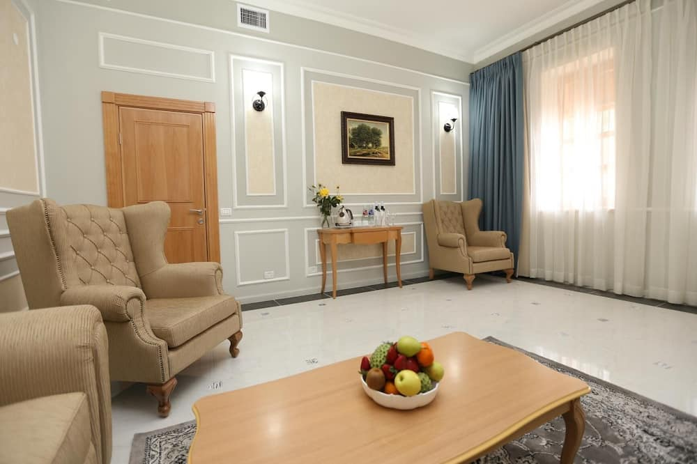 Deluxe Suite, Non Smoking - Living Room